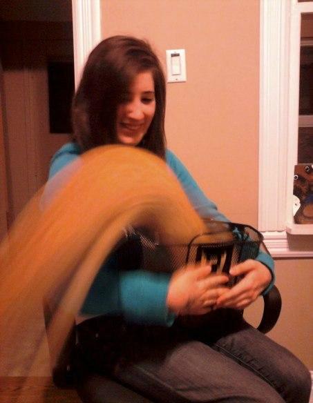 Кот выскочил из корзины во время фото...