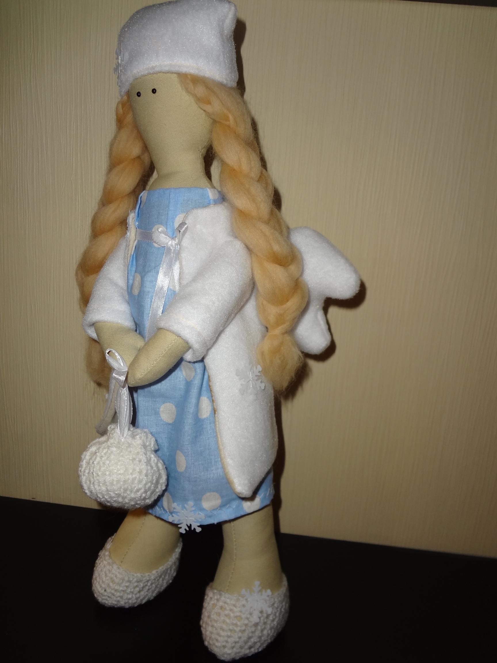 Снежный ангел. 42 см. Самостоятельно сидит и стоит. Крылья убираются (на крючке), одежда не съемная, шапка снимается. Волосы шерсть, одежда текстиль, украшения атласные ленты, снежинки