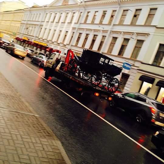 В Санкт - Петербурге эвакуировали карету за неправильную парковку....
