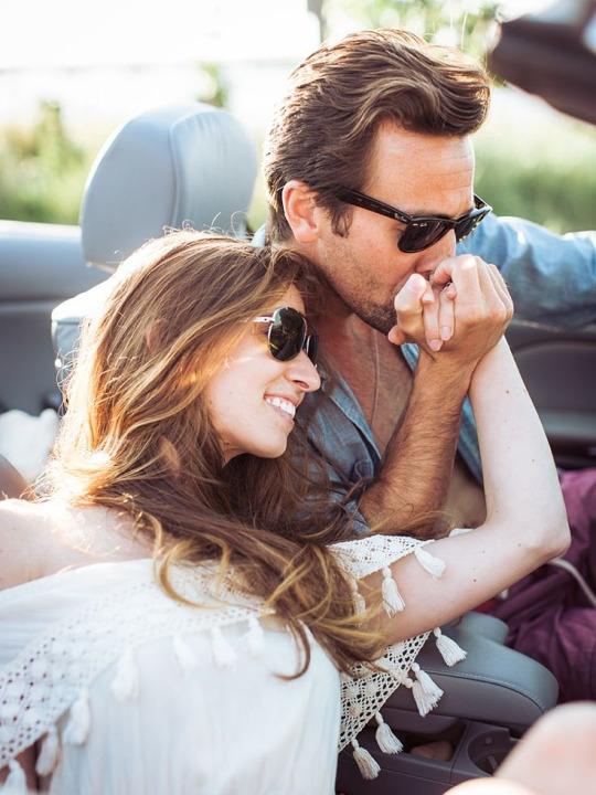 Настоящий мужчина никогда не изменяет. У него нет времени искать новых женщин, потому что он занят поиском новых способов любить одну единственную.