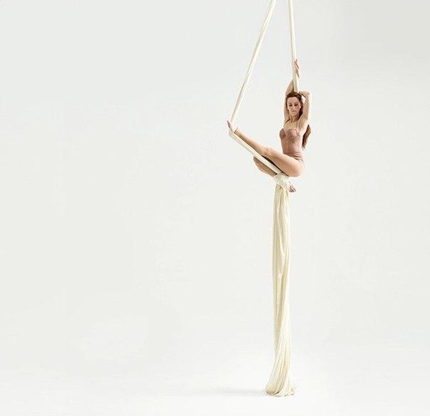 Упражнения для красивой походки и осанки очень хорошо нарабатываются на занятиях воздушной йоги