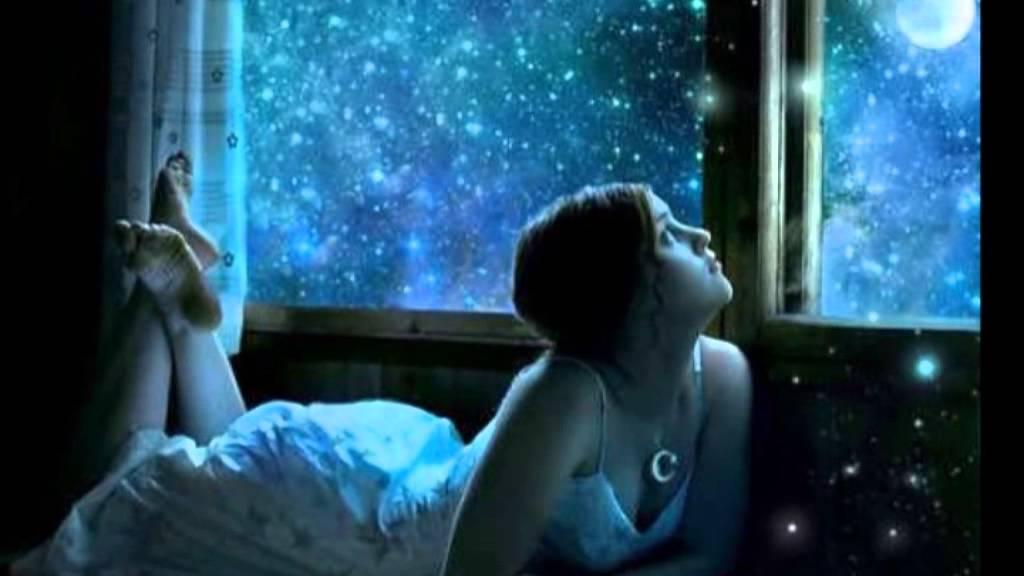 Звезды сгорают, не долетая до берегов земных, как золотые свечи растают, звездные песни их....