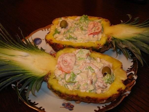 Cалат с креветками в ананасе