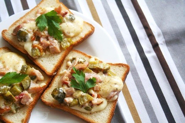 Горячие бутерброды с курицей и маринованными огурцами Нежность
