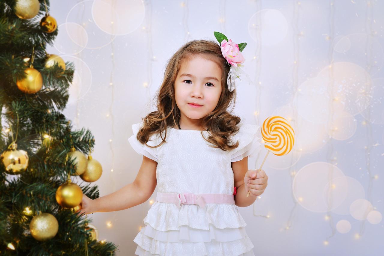 Новогодние фотосессии в студии. Семейные и детские фотосессии в новогоднем декоре. Фотопроект Золотой шар