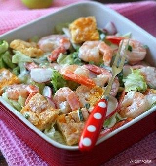 Салат с омлетом и креветками