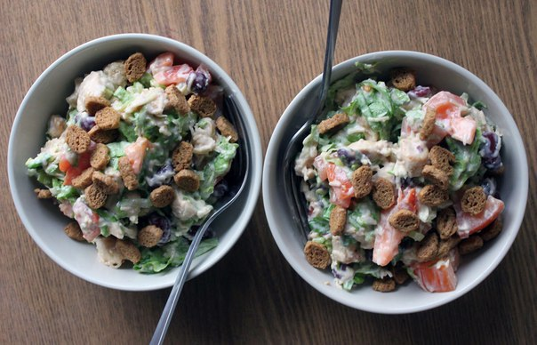 Сытный салат с курицей и сыром к ужину 148 кКал на 100 г