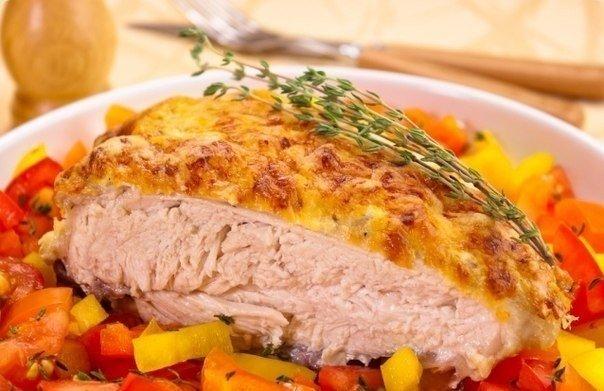 Куриная грудка под сметанно - чесночным соусом
