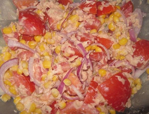 Салат из помидоров с тунцом.