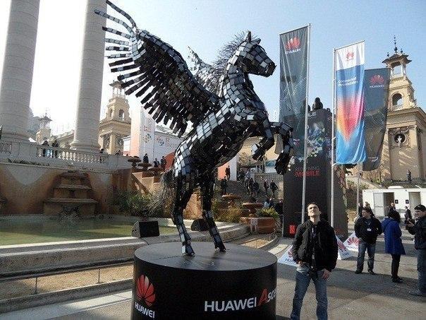 Крылатый конь Пегас, сделанный из 3500 смартфонов Huawei (Барселона, Испания)