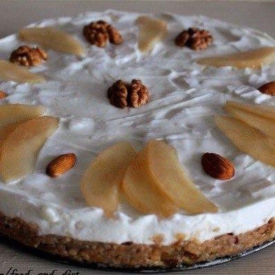 Торт без выпечки с творожно-йогуртовым кремом и грушей