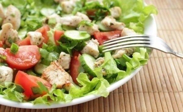 Салат из курицы и свежих овощей - отличный и быстрый обед