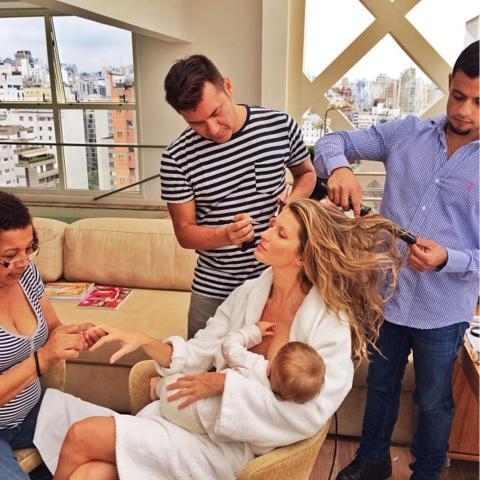 Мощные фото знаменитых мам, кормящих грудью