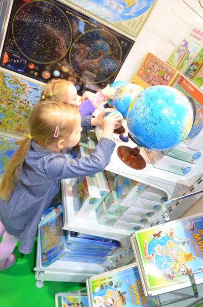 Давайте учиться, играя! Чем раньше в комнате малыша появится географическая карта, тем лучше! Сферические пазлы-глобусы, географические пазлы, атласы с наклейками, раскраски, настольные игры-ходилки...