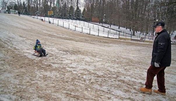 В Калининградском парке засыпали песком бесплатную горку, чтобы дети катались на платной.