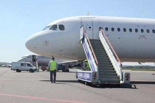 Стюардессы извинялись со слезами: в Стригино пассажирка спустилась по трапу на костылях