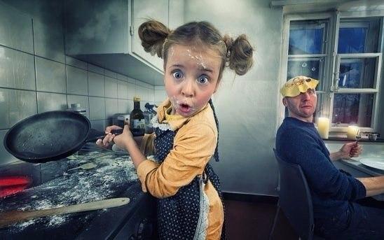 Научилась подбрасывать блины со сковородки! Теперь осталось научиться их ловить...)))