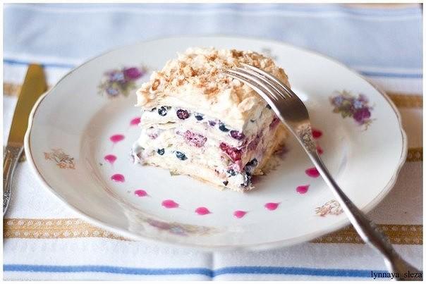 Слоеный торт с ягодами