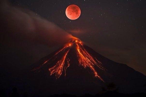 Лунное затмение и извержение вулкана Колима в Мексике.