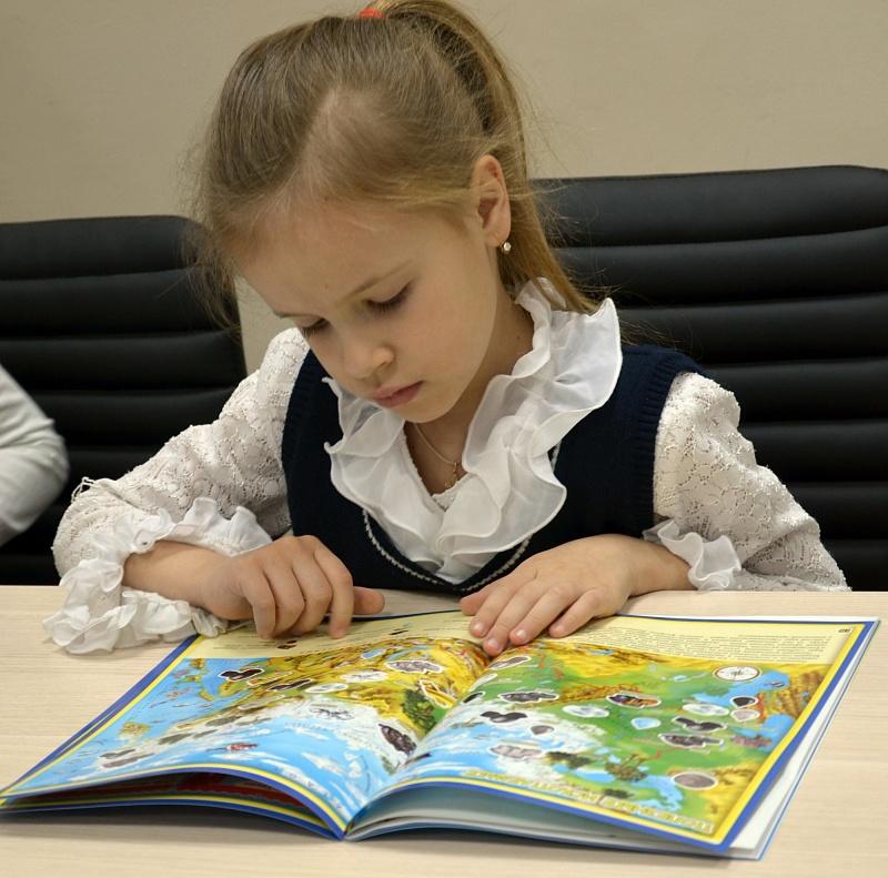 Давайте учиться, играя! Чем раньше в комнате малыша появится географическая карта, тем лучше! Сферические пазлы-глобусы, географические пазлы, атласы с наклейками, раскраски, настольные игры-ходилки...Геодом 3