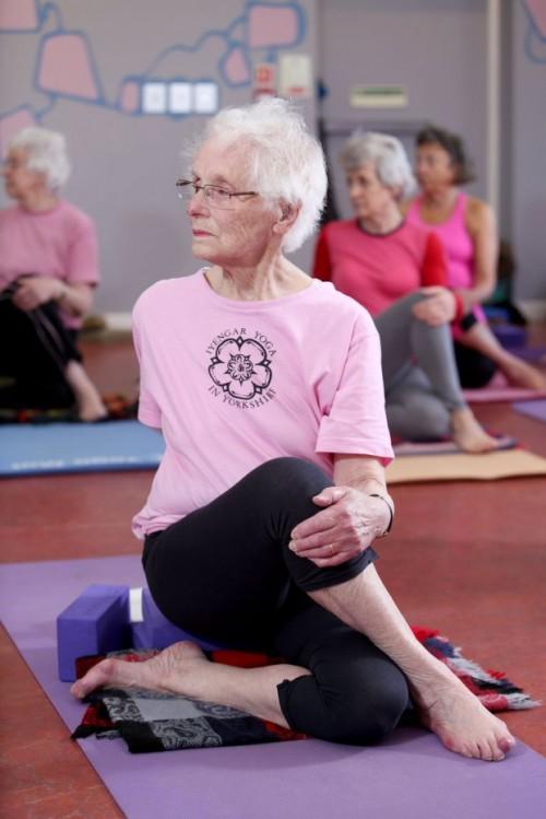 Столетняя йогини пришла на свое первое занятие по йоге в 67 лет, и не перестает вдохновлять