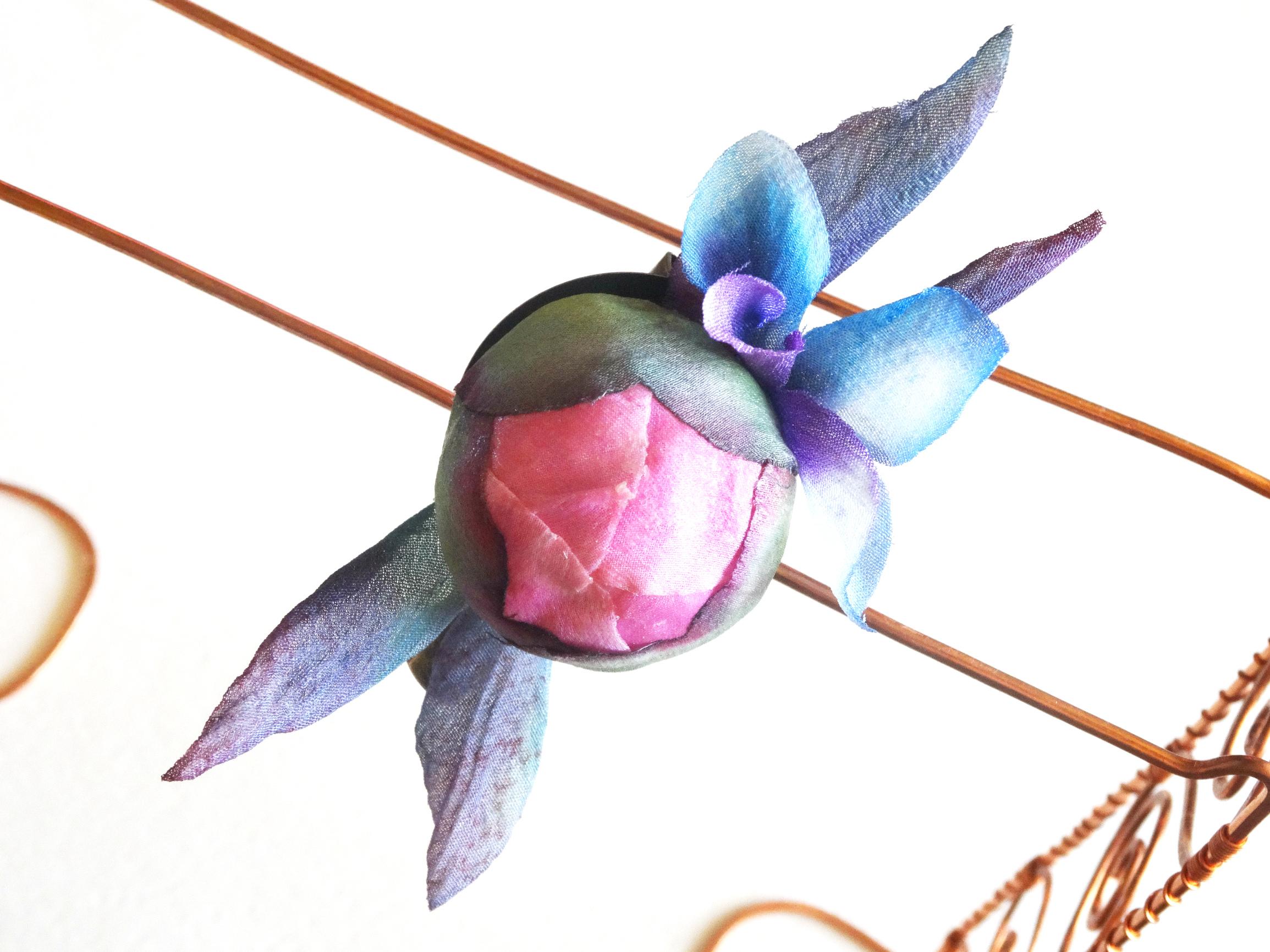 Брошь-заколка Бутон и бабочка Цветы из шелка, ручная работа