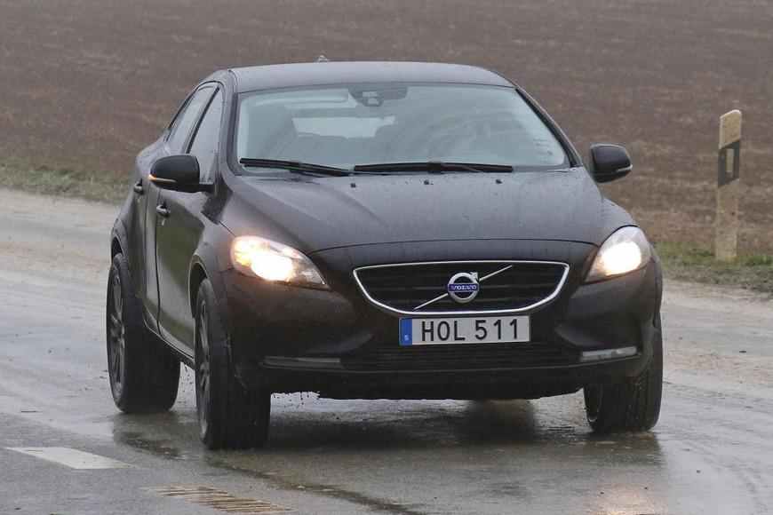 Volvo тестирует на дорогах общего пользования прототип нового компактного кроссовера XC40, премьера которого состоится в 2018 году.