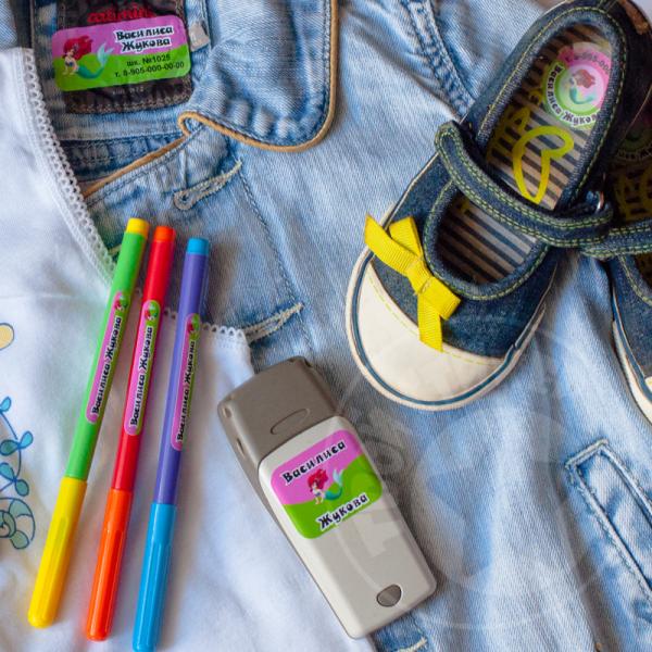 Готовимся к детскому саду и к школе заранее! Этикетки-стикеры для одежды, наклейки и кармашки на шкафчики, стикеры для обуви+ светоотражающие стикеры на одежду. Цены отличные!