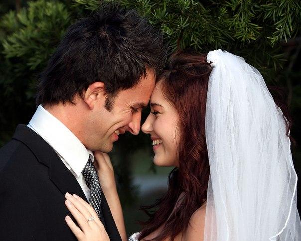 В семье мужчина с женщиной должны научиться друг друга любить