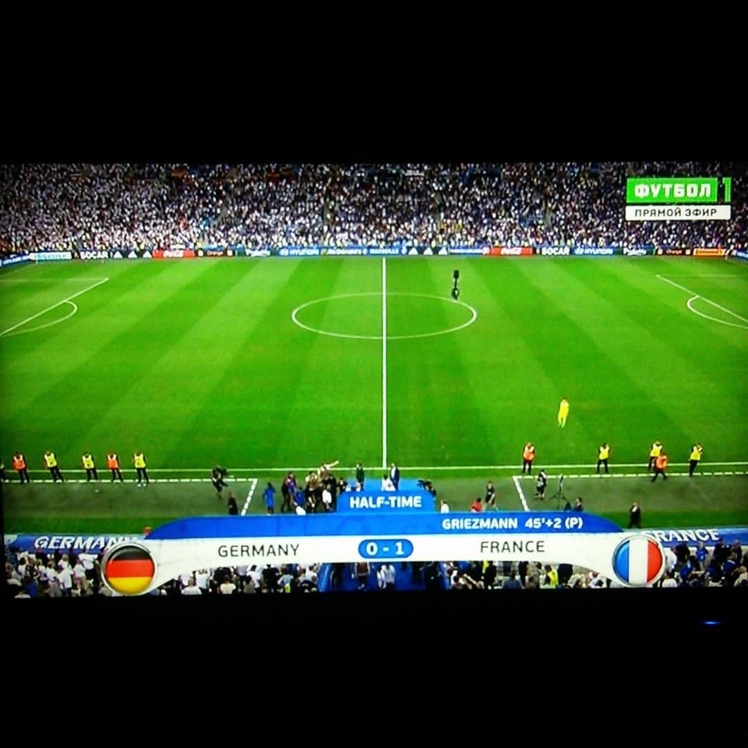 Конец первого тайма, французы нагнули немцев 1-0. Игра потрясающая!