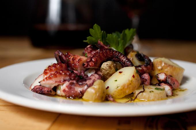Греческий стол: а не побаловаться ли осьминогом с картошкой?