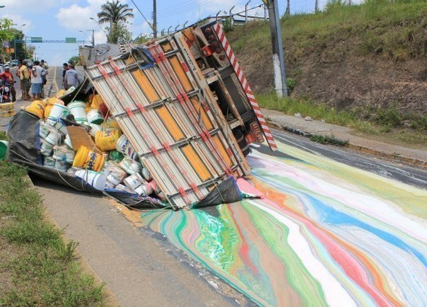 Авария с грузовиком, везущим краску.