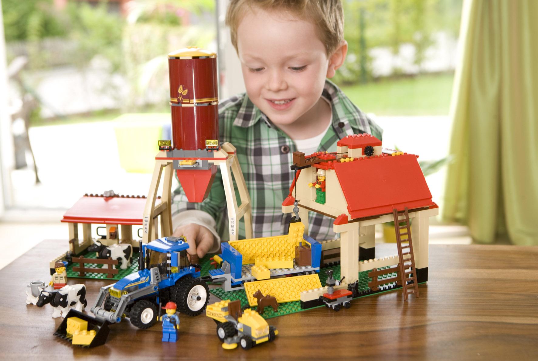 Конструктор - одна из лучших развивающих игрушек, творите вместе.
