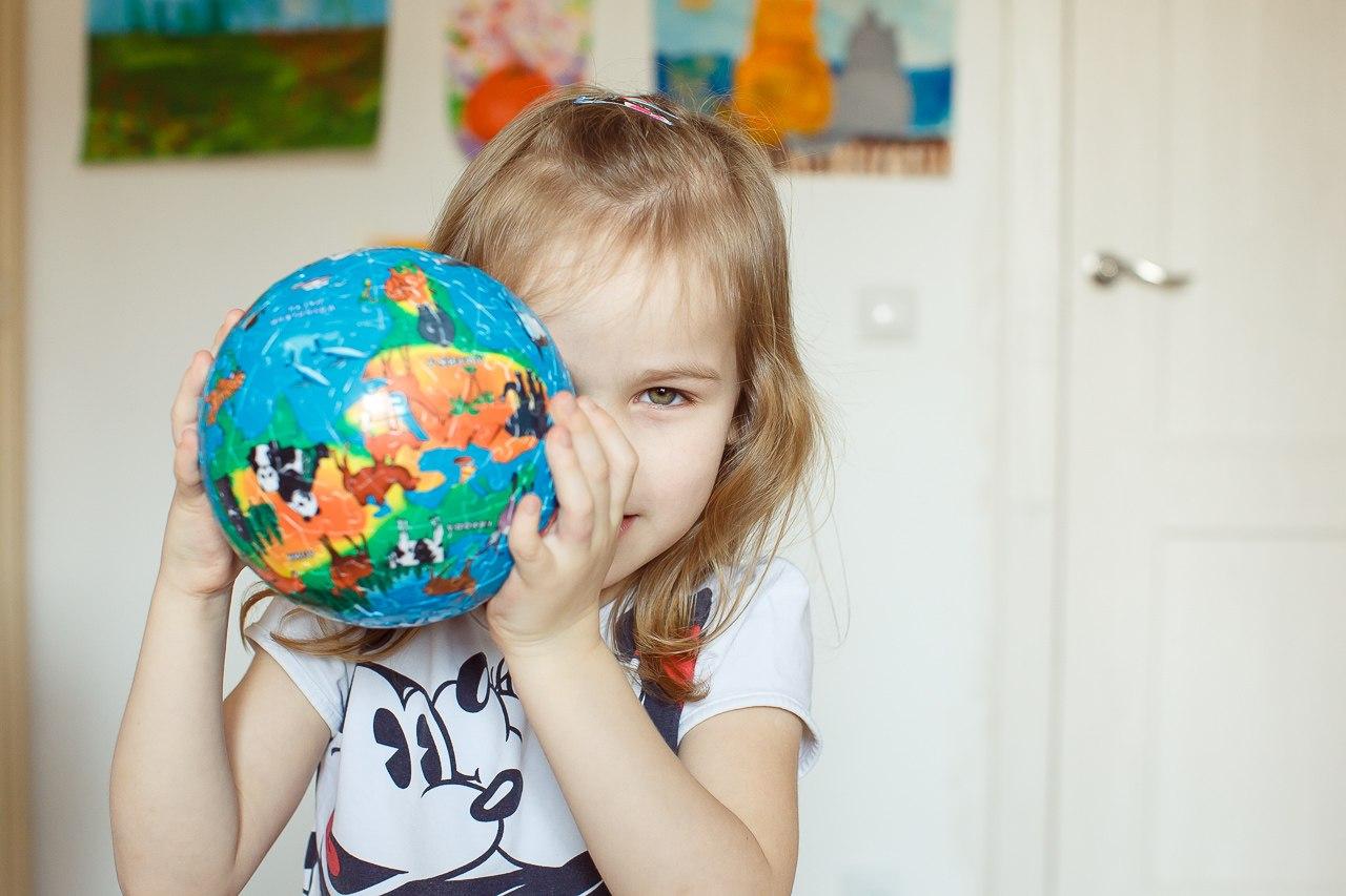 Давайте учиться, играя! Чем раньше в комнате малыша появится географическая карта, тем лучше! Сферические пазлы-глобусы, географические пазлы, детские атласы, атласы с наклейками, раскраски, настольные игры-ходилки. Геодом 10
