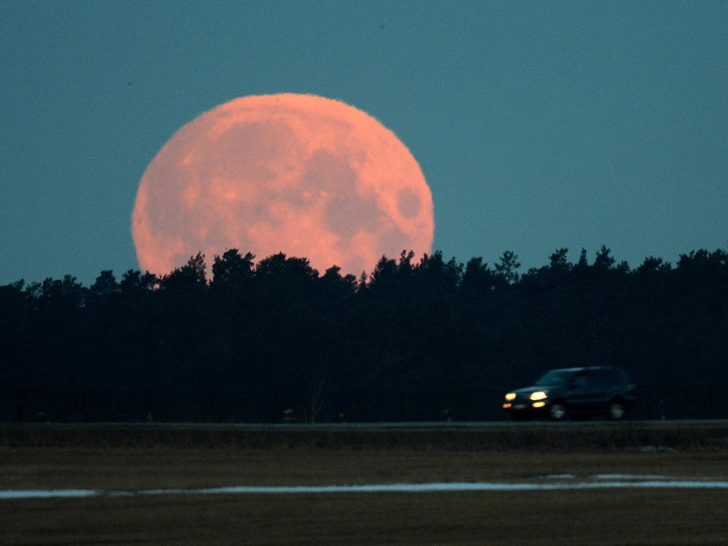 В понедельник можно будет увидеть самую большую за 70 лет Луну