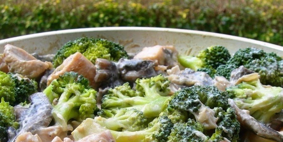 Курица с брокколи, тушеная в сливках