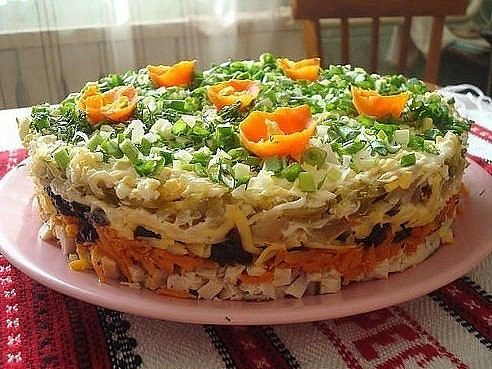 Слоёный салат с черносливом Ночка