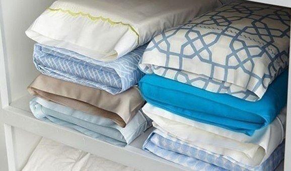 Храните комплекты постельного белья в их наволочках, так шкаф будет выглядеть намного аккуратнее, и доставать удобно.