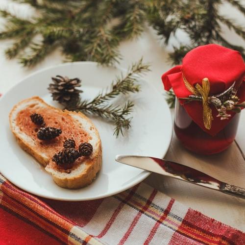 Варенье из экологически чистых мест Кавказа в подарочном оформлении: из сосновых шишек, с кедровыми орешками, из одуванчика и др.Ваши родные и близкие будут в восторге!Уникальный подарок на Новый год!