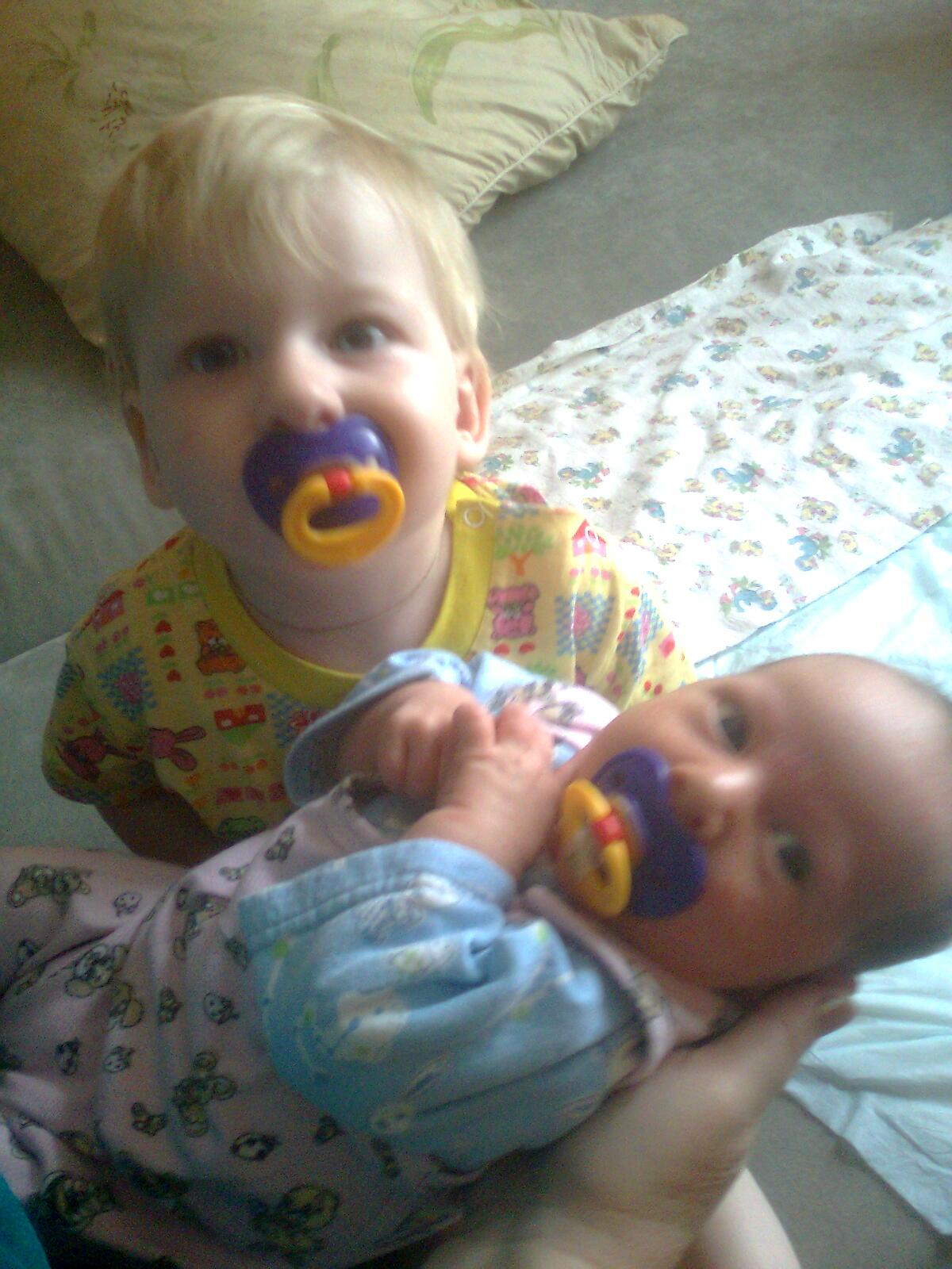 Фото две девочки сосут у мальчика 5 фотография