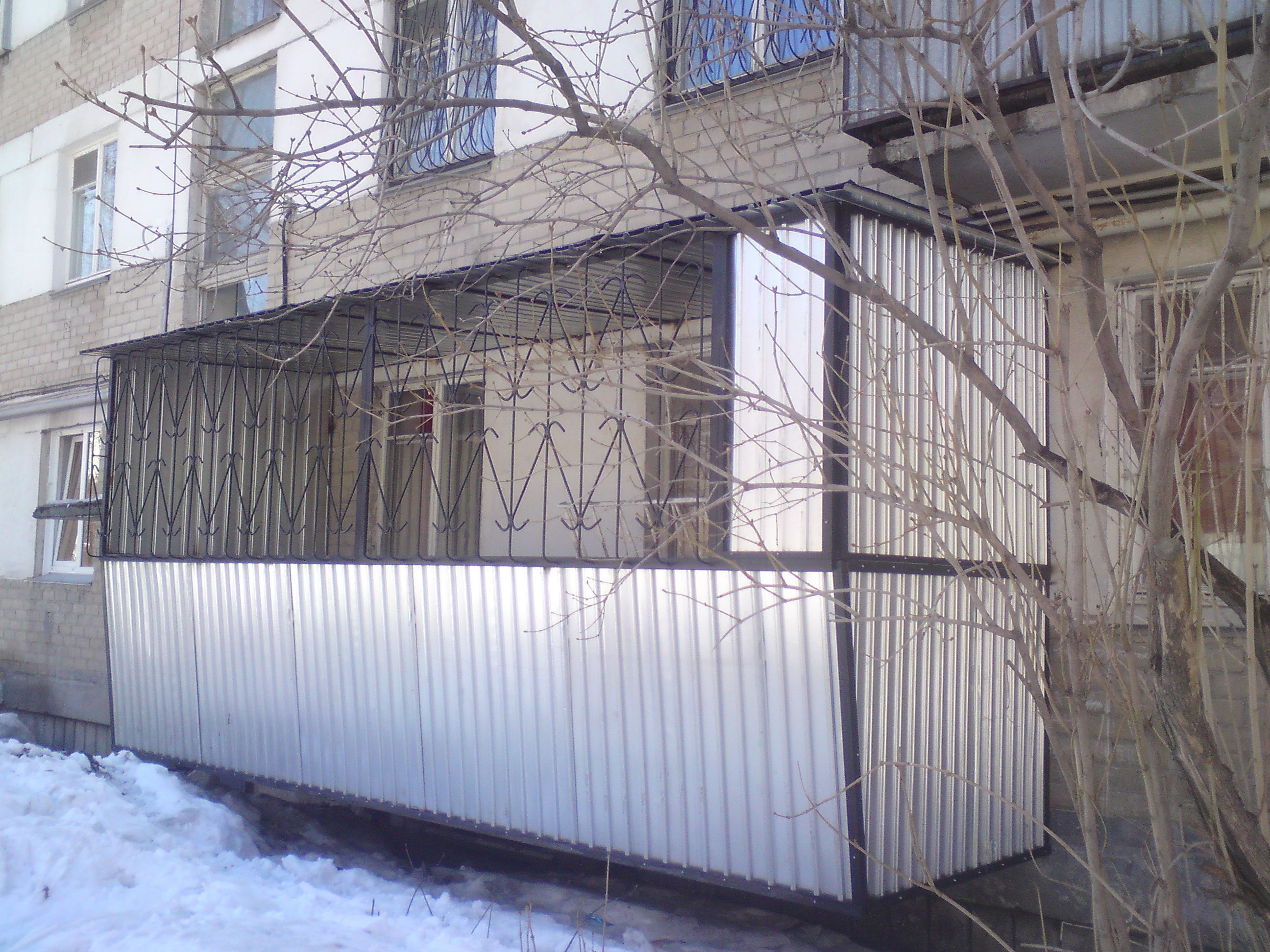 Установить балкон на первом этаже..