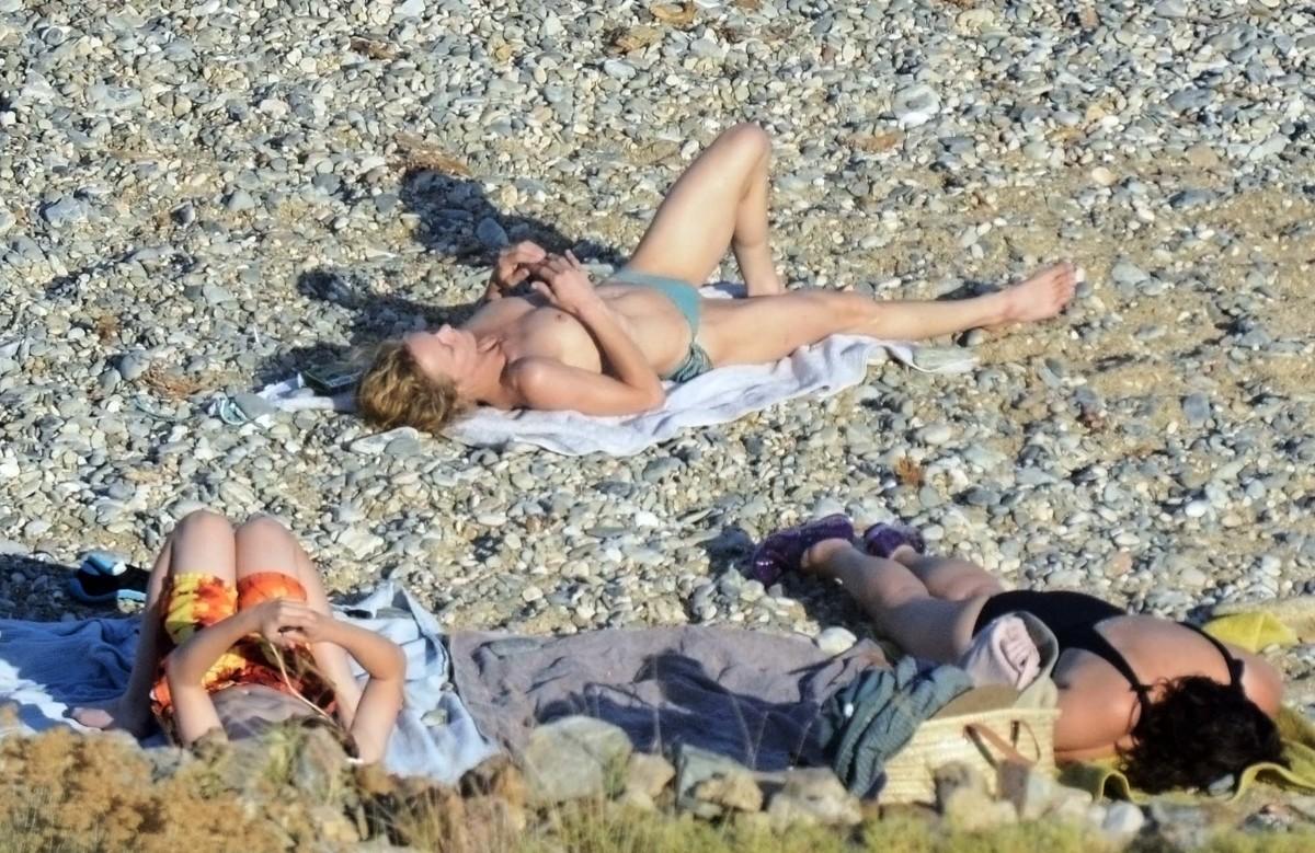 Фото в экстрим купальнике на обычном пляже 4 фотография