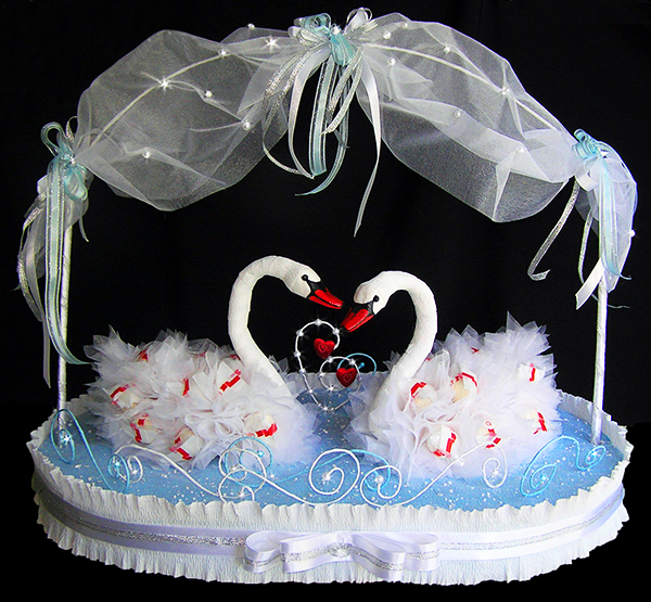 Лебеди из конфет своими руками