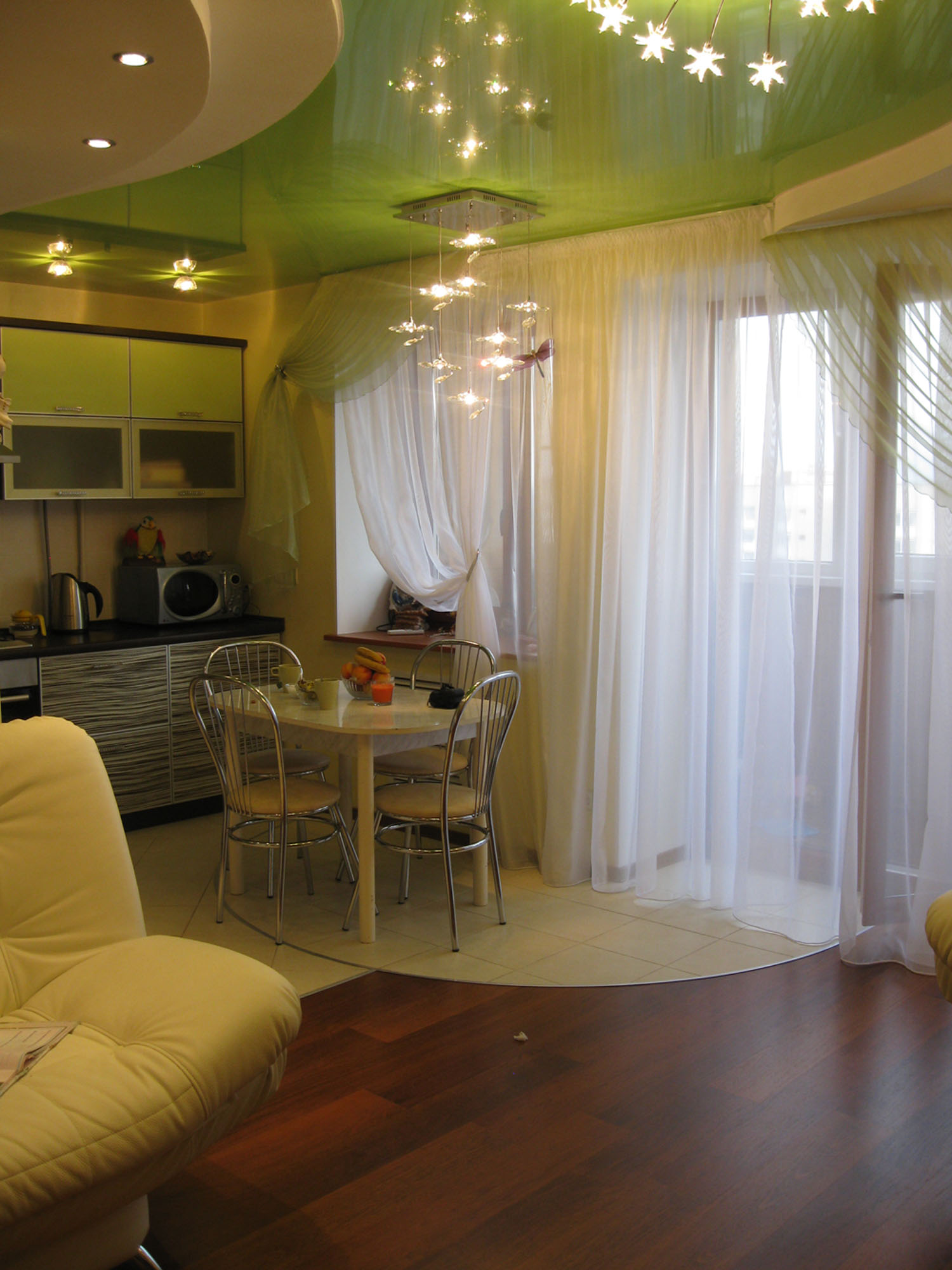 Дизайн кухни квартире шторы