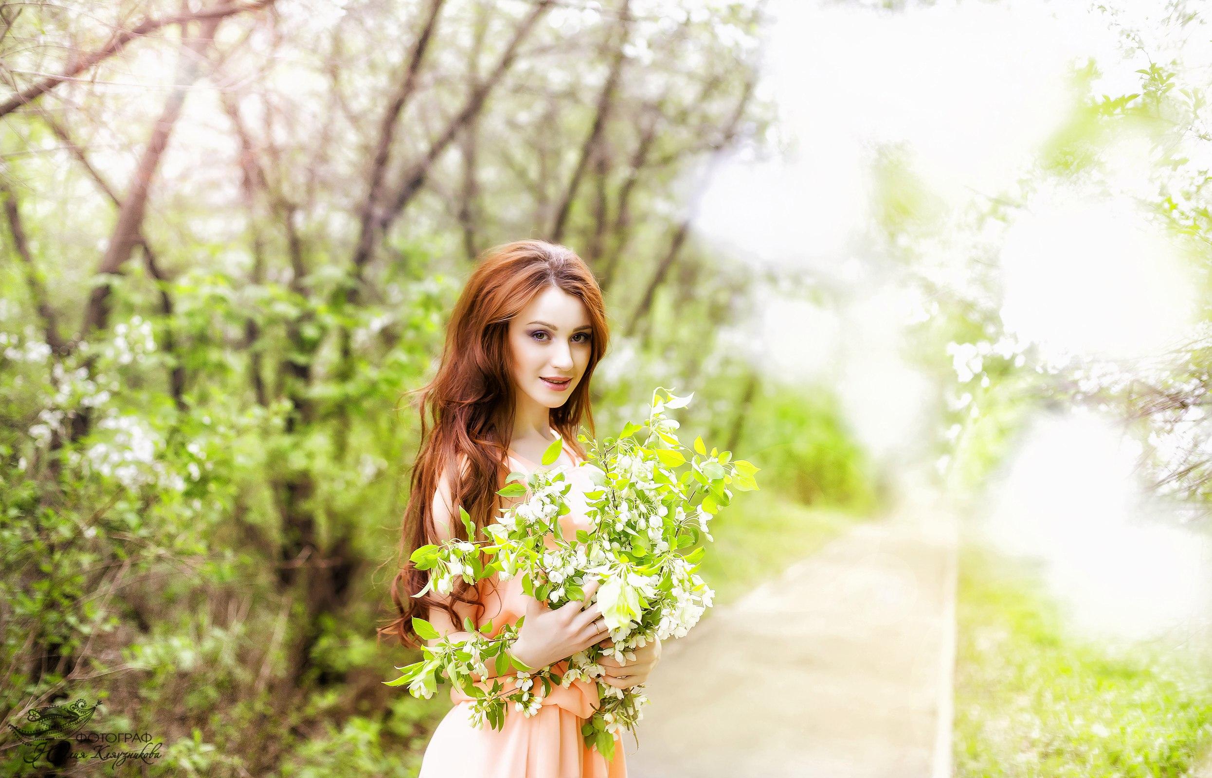 фотосессия в цветущем саду с книгой дарует долгую счастливую