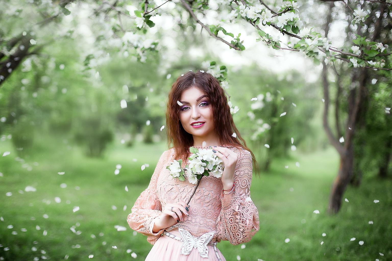 обработка фото с цветущими деревьями скромненько, без