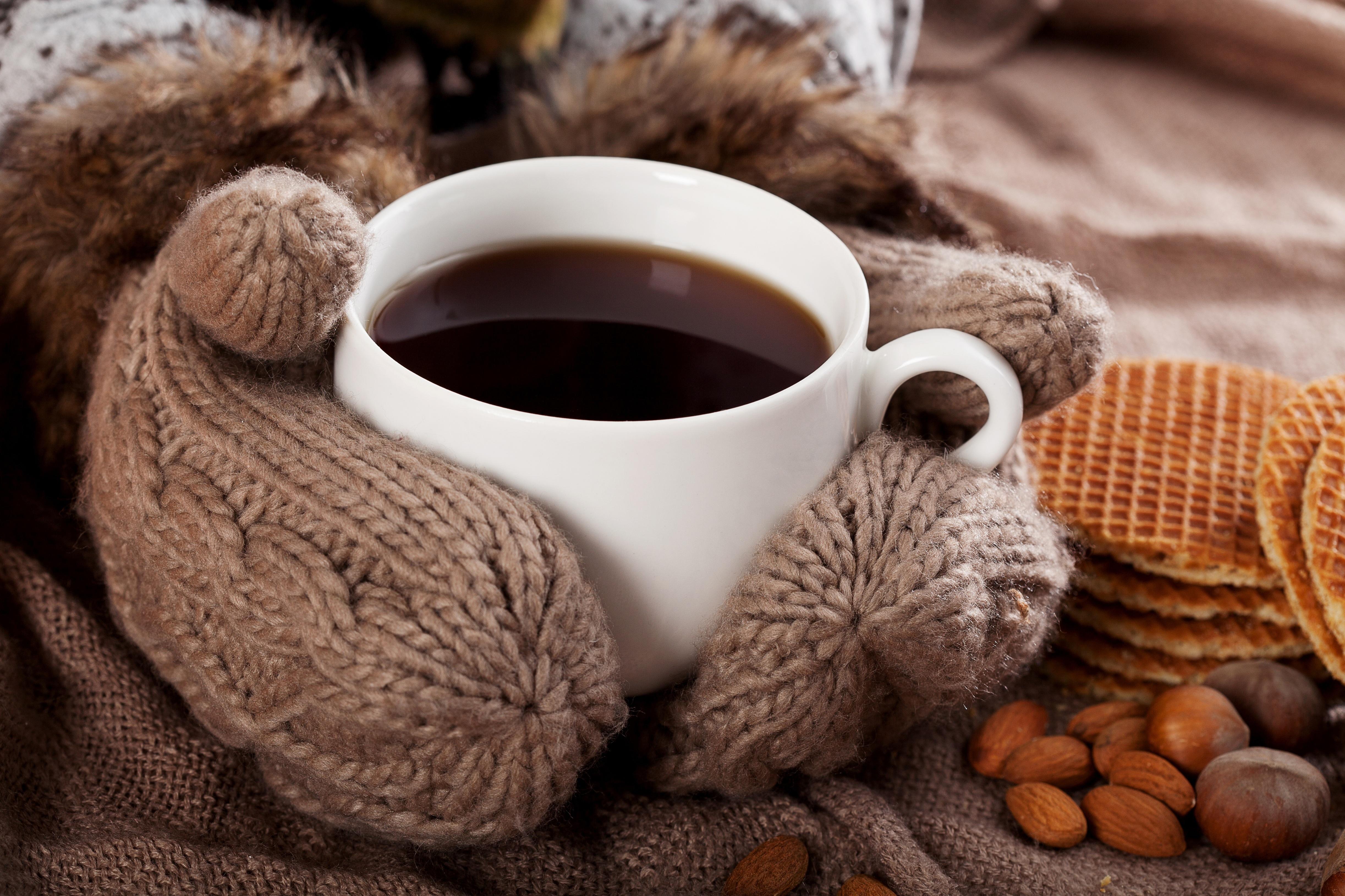 гифка с кофе и пледом случайно