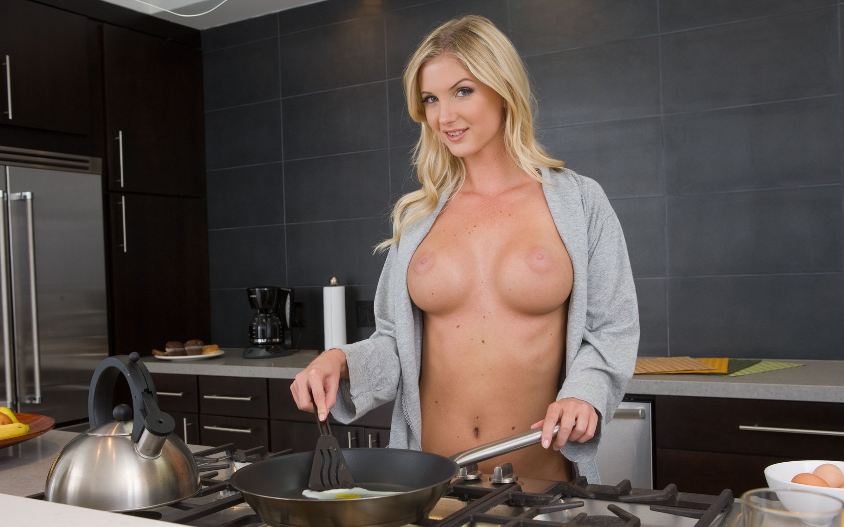 Голое утро на кухне видео, минеты в общественных местах