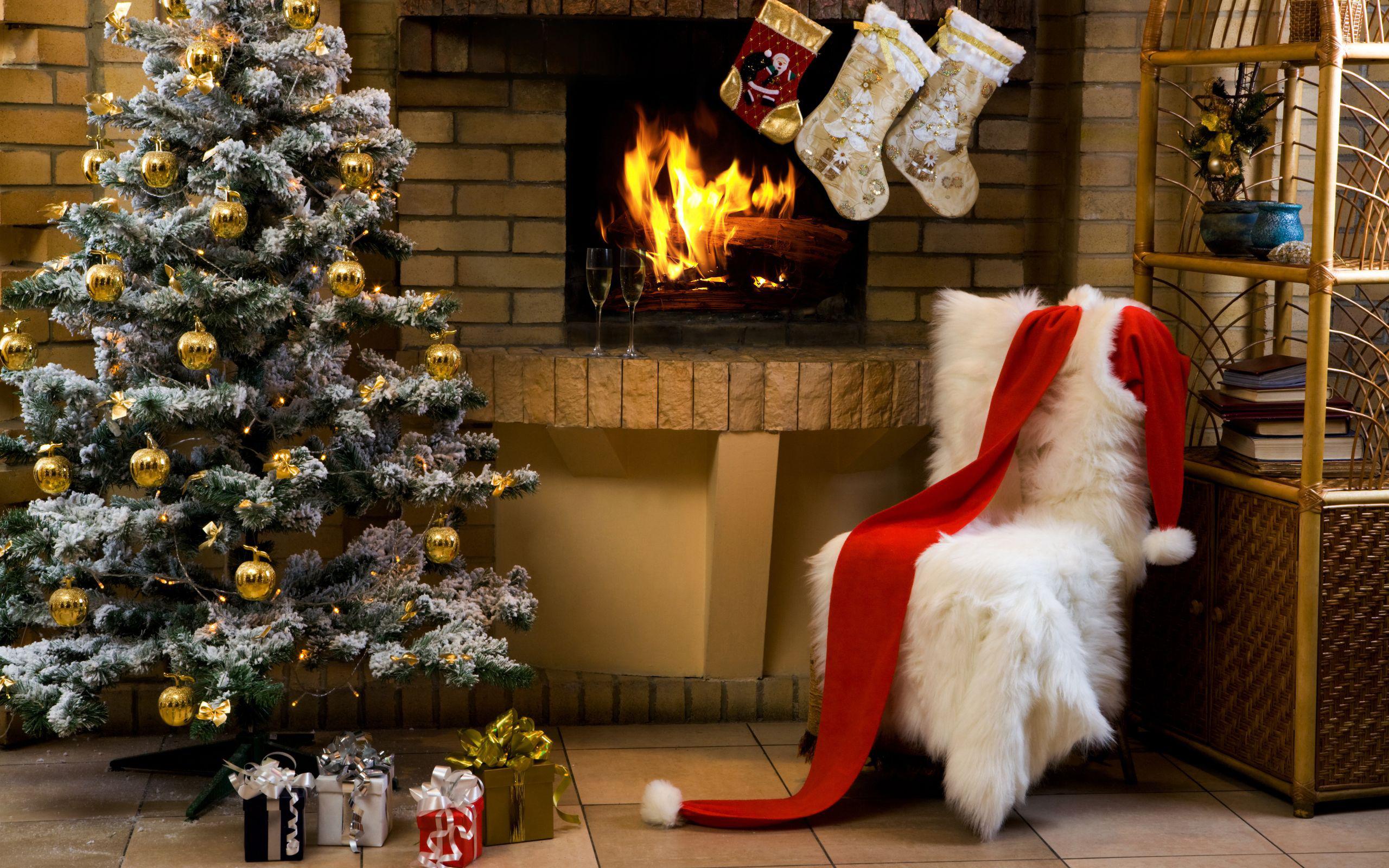 связана созданием новогодние картинки елка с подарками и камином актер, чье имя