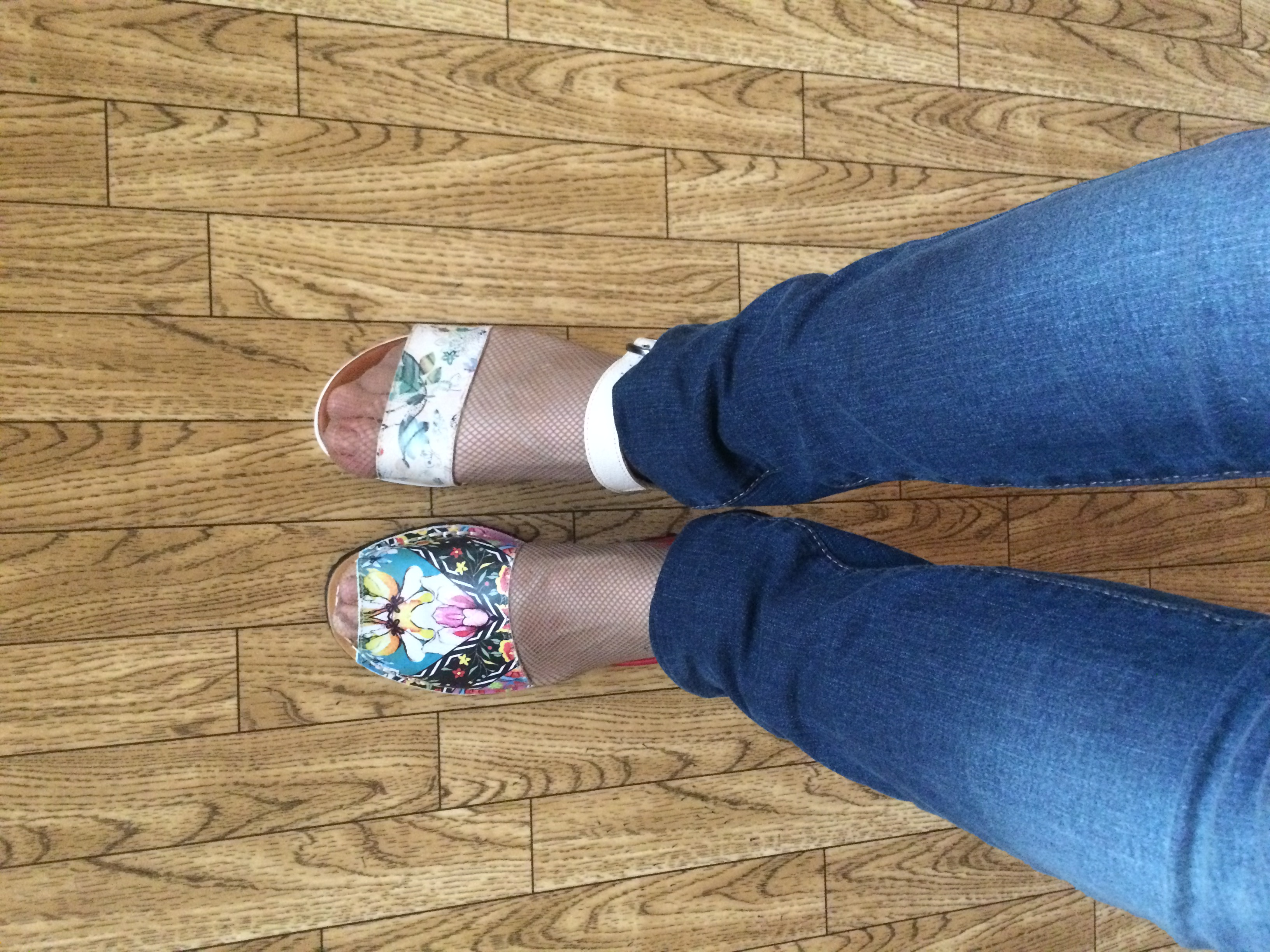 Фото мини юбки сидеть нога на ногу сырье, найденное